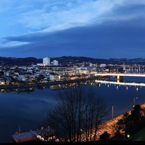 Linz an der Donau bei Nacht.