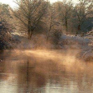 Flussbiegung mit Morgennebel