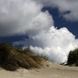 Wolken über den Dünen