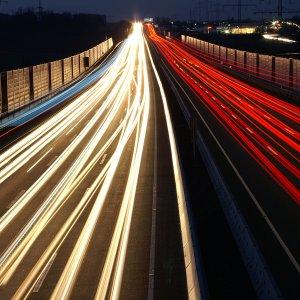 Autobahn A7 bei Nacht.
