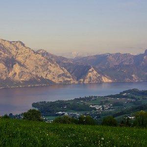 Ein Blick vom Gmundnerberg über den Traunsee auf den Traunstein und schlafende Griech